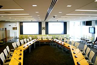 Contoh pemakaian mikrofon wireless di ruangan rapat
